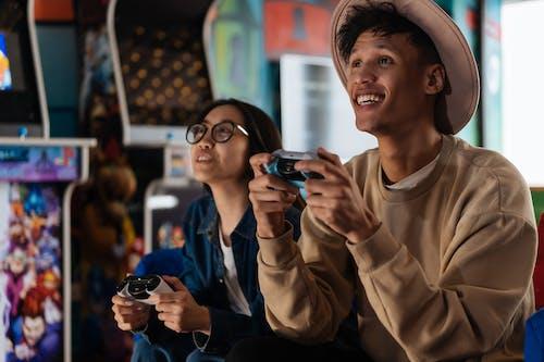 Immagine gratuita di amici, cercando, controller di gioco
