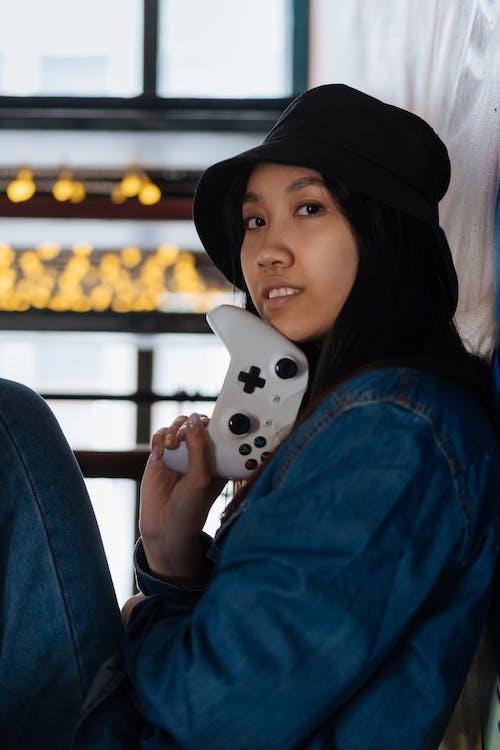 Immagine gratuita di cappello secchio, controller di gioco, donna