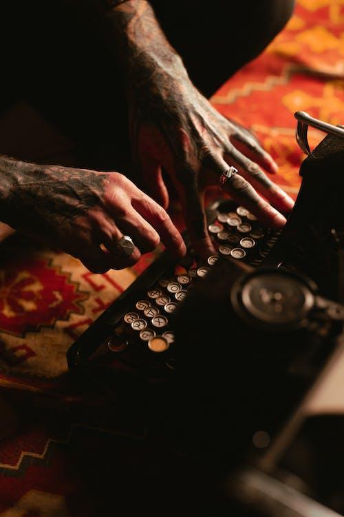 Gratis stockfoto met antiek, arm tatoeage, handen