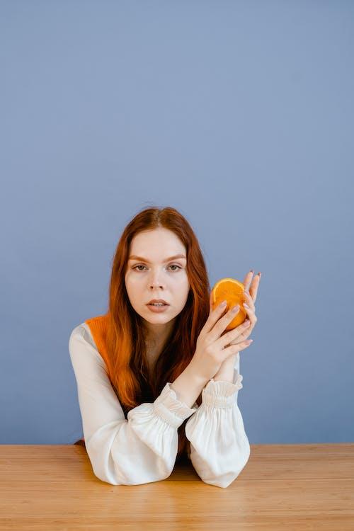 オレンジ, 女性, 座っているの無料の写真素材