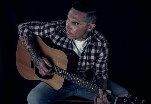Gratis arkivbilde med akustisk gitar, arm tatovering, conna lee