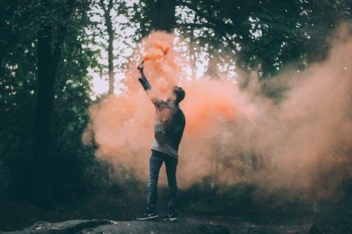 Hombre Arrojando Polvo Color Melocotón