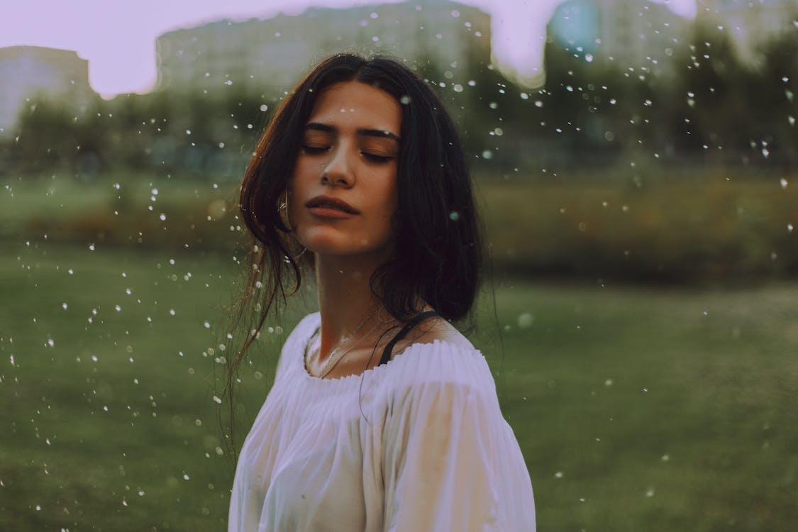 Kobieta W Białej Koszuli Z Zielonym Tłem