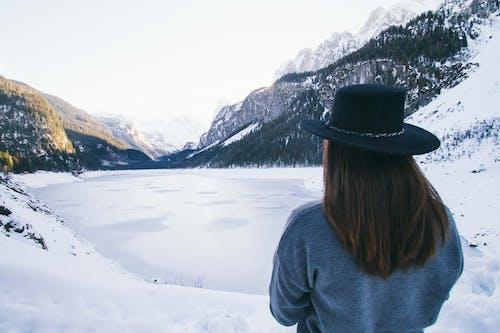 Základová fotografie zdarma na téma dobrodružství, holka, hory, klobouk
