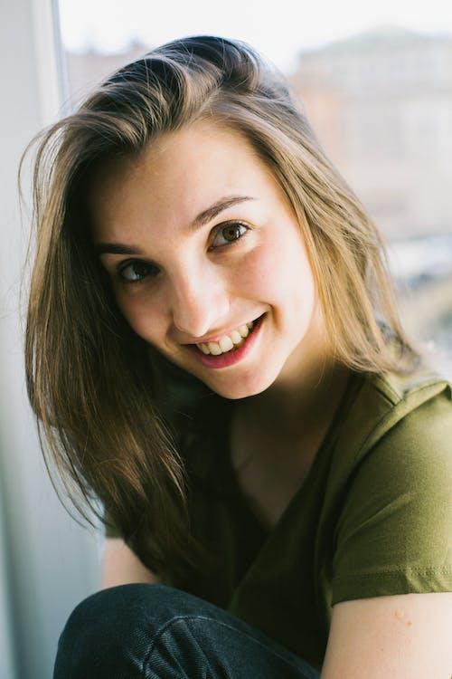 Kostnadsfri bild av ansiktsuttryck, flicka, hår, inomhus