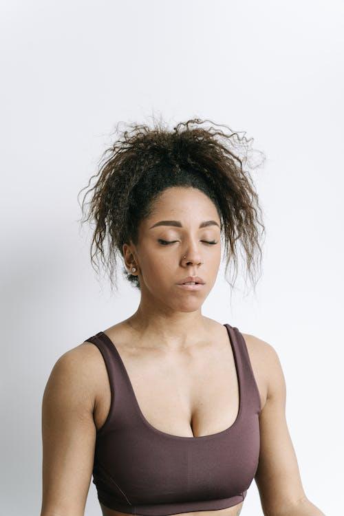 Бесплатное стоковое фото с афро-американка, белый фон, вьющиеся волосы