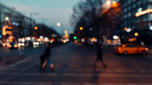 Foto profissional grátis de acostamento, andar, ao ar livre