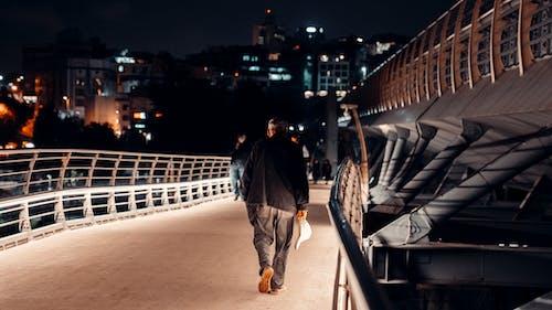 Foto profissional grátis de andar, ao ar livre, brilho
