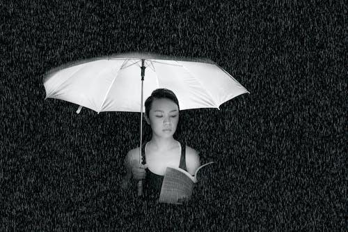 Foto d'estoc gratuïta de blanc i negre, conjunt de roba, desgast, dona