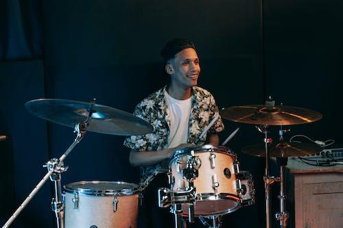 Бесплатное стоковое фото с барабанные палочки, барабанщик, барабаны