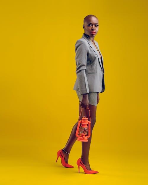 Kostenloses Stock Foto zu absätze, afroamerikaner-frau, anzug