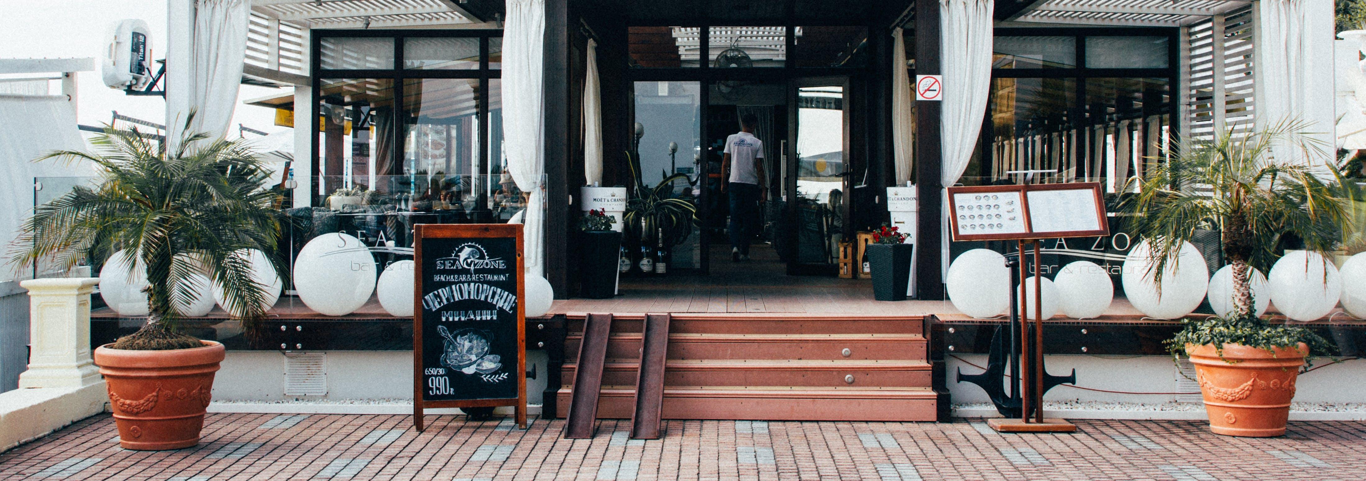 Kostenloses Stock Foto zu stufen, restaurant, mann, person