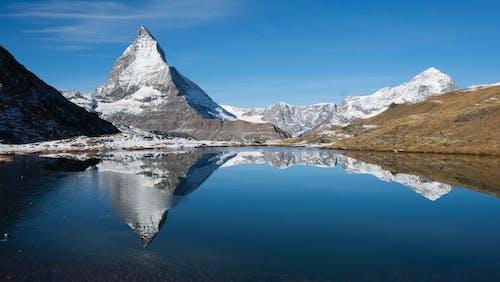 Darmowe zdjęcie z galerii z błękitne niebo, góry, jezioro, krajobraz