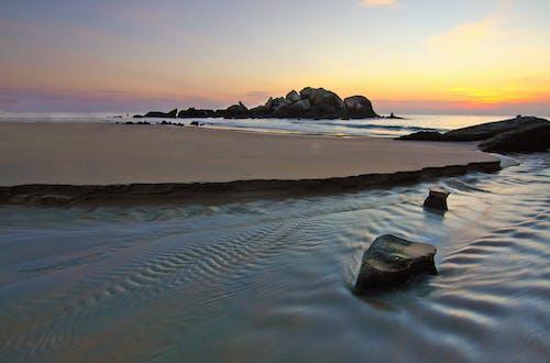 Photos gratuites de aube, bord de l'océan, bord de mer, cailloux