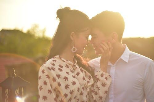 Základová fotografie zdarma na téma mladý pár, romantický, sluneční paprsek