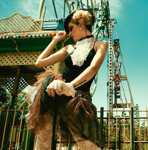 Základová fotografie zdarma na téma blond, holka, jízdy, karneval