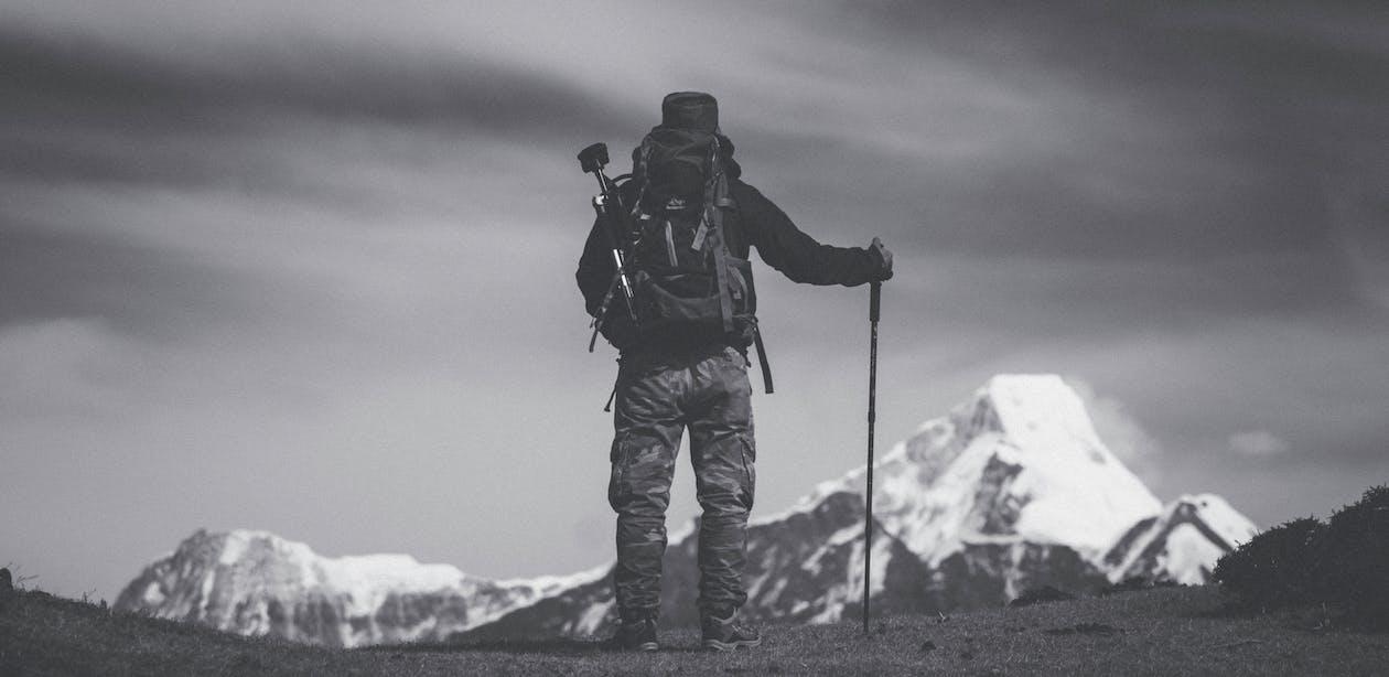 Graustufenfoto Des Mannes, Der Auf Boden Steht