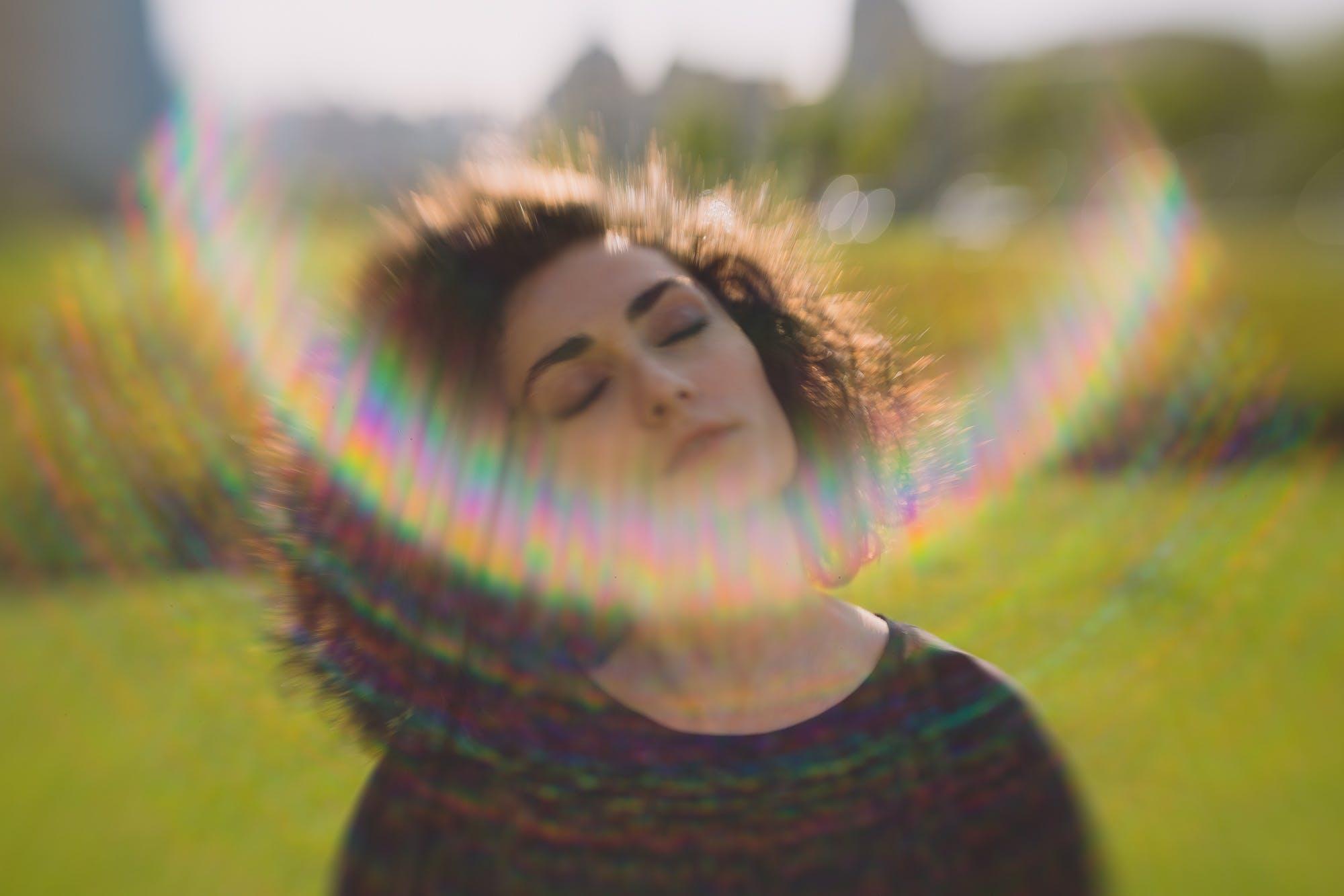 Základová fotografie zdarma na téma kudrnaté, sluneční světlo, zelená, žena