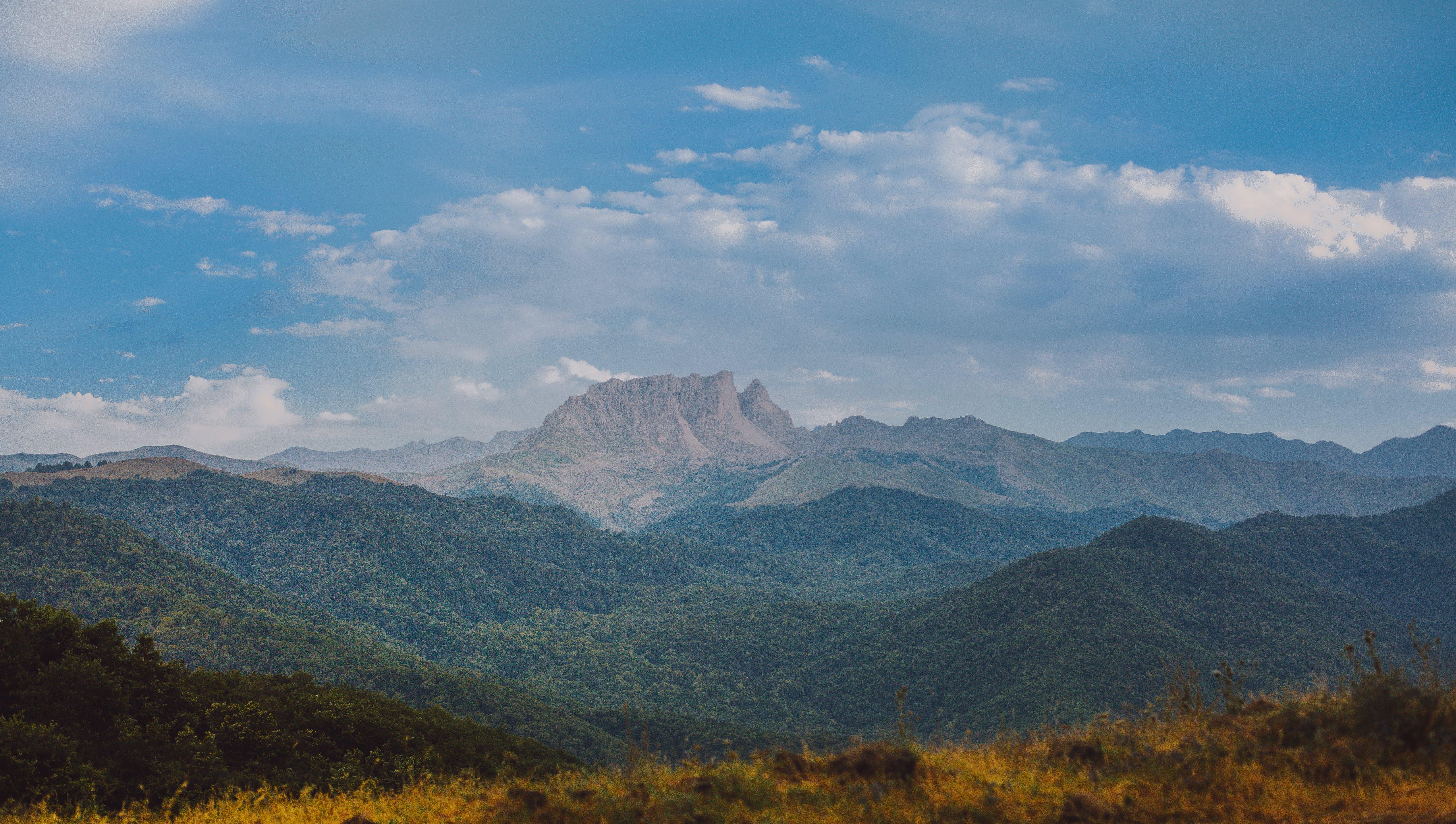 Бесплатное стоковое фото с горный хребет, горы, деревья, дневной свет