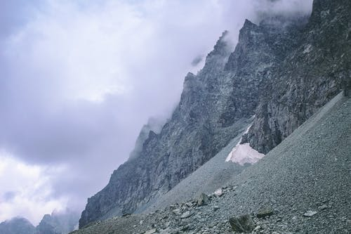 Kostenloses Stock Foto zu berg, berge, bewölkter himmel, felsen