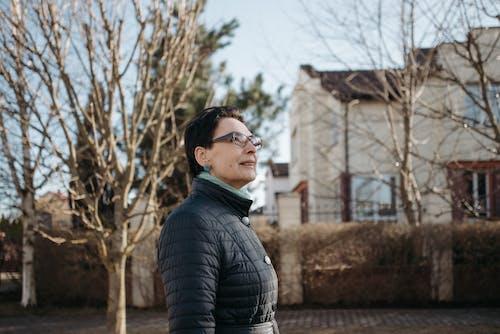 Δωρεάν στοκ φωτογραφιών με αστικός, γυμνά δέντρα, γυναίκα