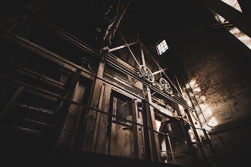 eski fabrika, güneş ışığı, güneş ışını, tekinsiz içeren Ücretsiz stok fotoğraf