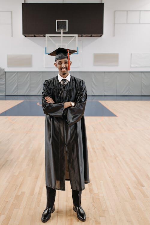 Kostenloses Stock Foto zu abschlusskleid, absolvent, absolventenmütze