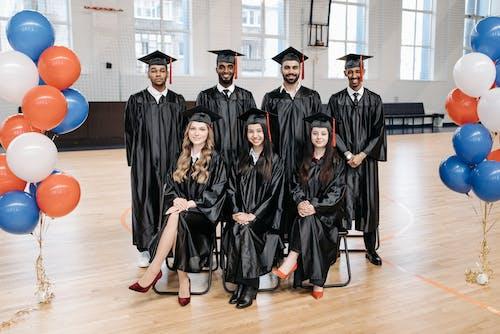 Gratis stockfoto met aan lichtbak toevoegen, academische cap, afgestudeerden