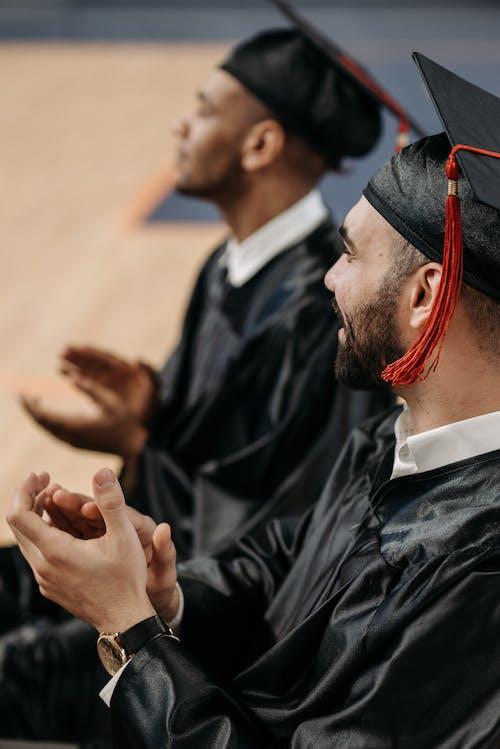 Kostnadsfri bild av akademiskt tak, alumner, applåder