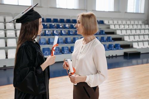 Foto stok gratis diploma, gaun kelulusan, istri