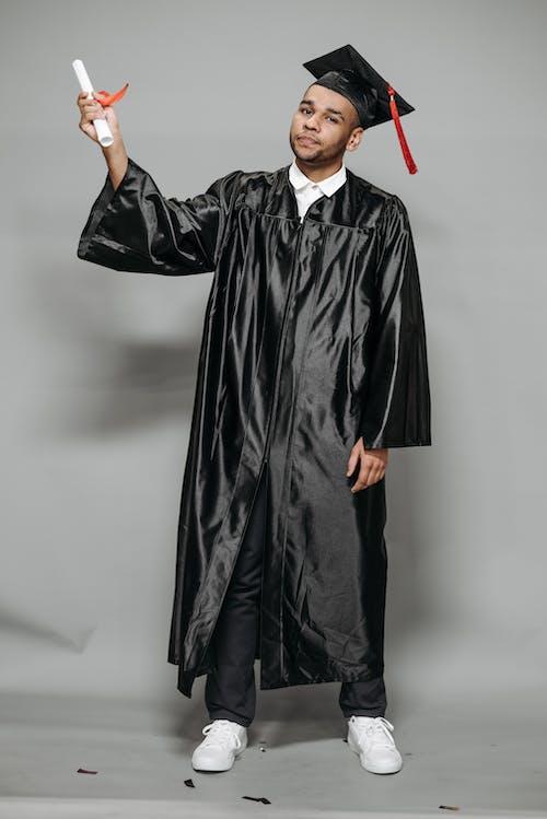 Gratis stockfoto met aan lichtbak toevoegen, academische cap, afgestudeerde