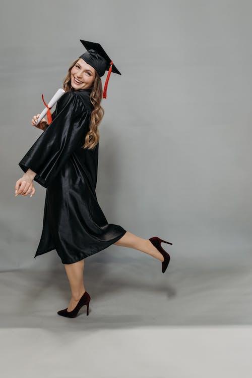 Gratis stockfoto met aan lichtbak toevoegen, aantrekkelijk, academische cap