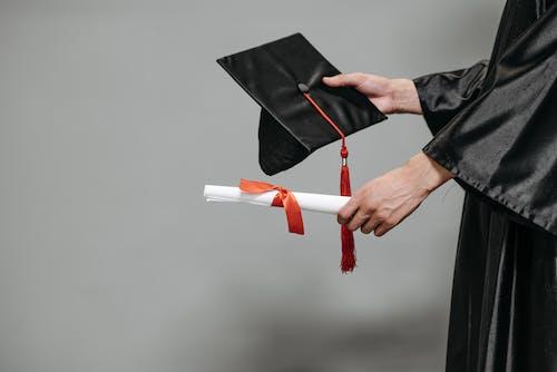 Foto profissional grátis de atendimento, capelo, chapéu de graduação