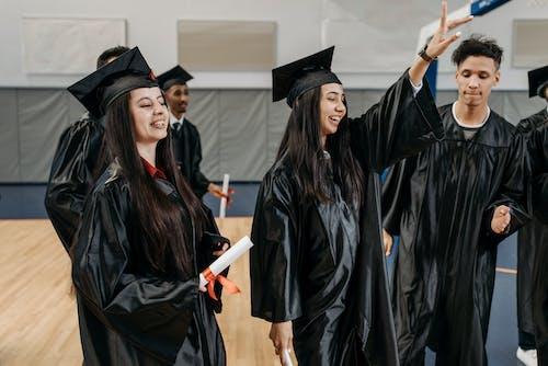 Foto stok gratis alumni, angkat tangan, bekas aluno