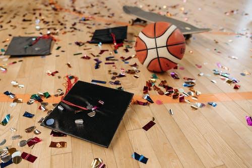 Безкоштовне стокове фото на тему «академічна шапка, баскетбол, великий план»