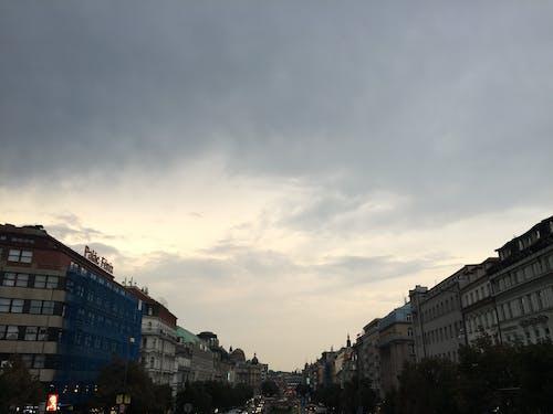 Free stock photo of cars, city skyline, grey sky