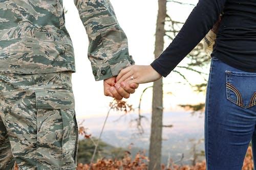 Gratis lagerfoto af bukser, camouflage, folk, forlovelsesring