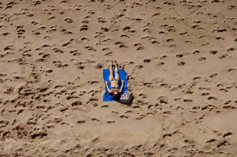 Fotos de stock gratuitas de arena, bikini, Desierto, niña
