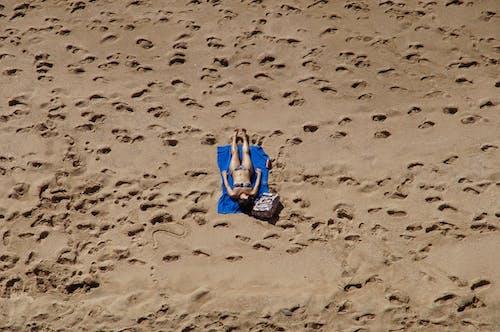 Foto profissional grátis de areia, banhos de sol, biquíni, deserto