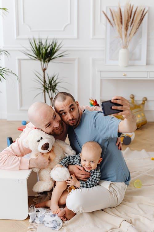 Photos gratuites de à l'intérieur, affection, bébé