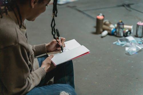 Foto profissional grátis de caderno, caneta, dentro de casa