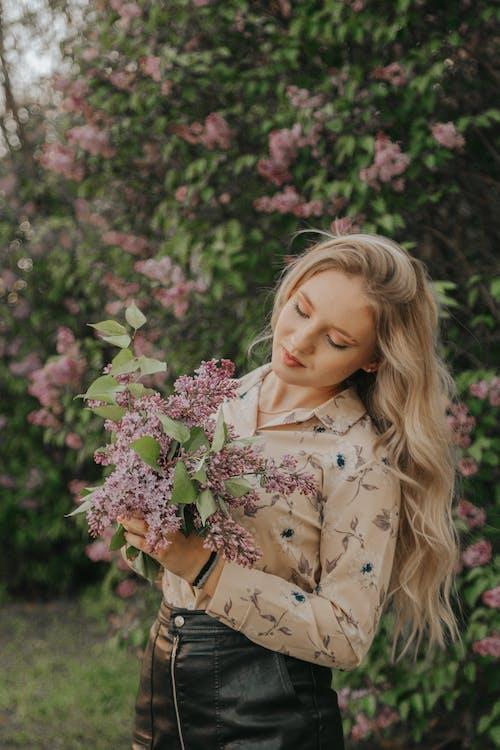 Gratis arkivbilde med blomsterbukett, blomstret langermet, blond