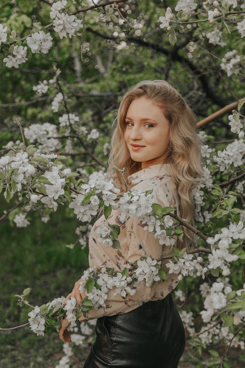 Gratis arkivbilde med blomstret langermet, blond, dybdeskarphet