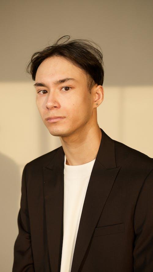 Photos gratuites de costume noir, homme asiatique, tir vertical