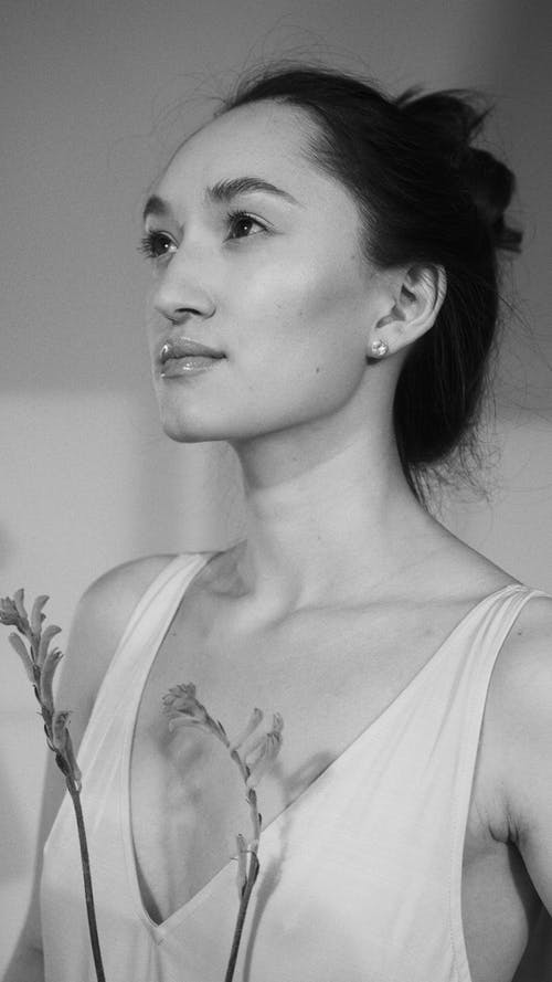 Gratis arkivbilde med ansikt, asiatisk kvinne, gråskala