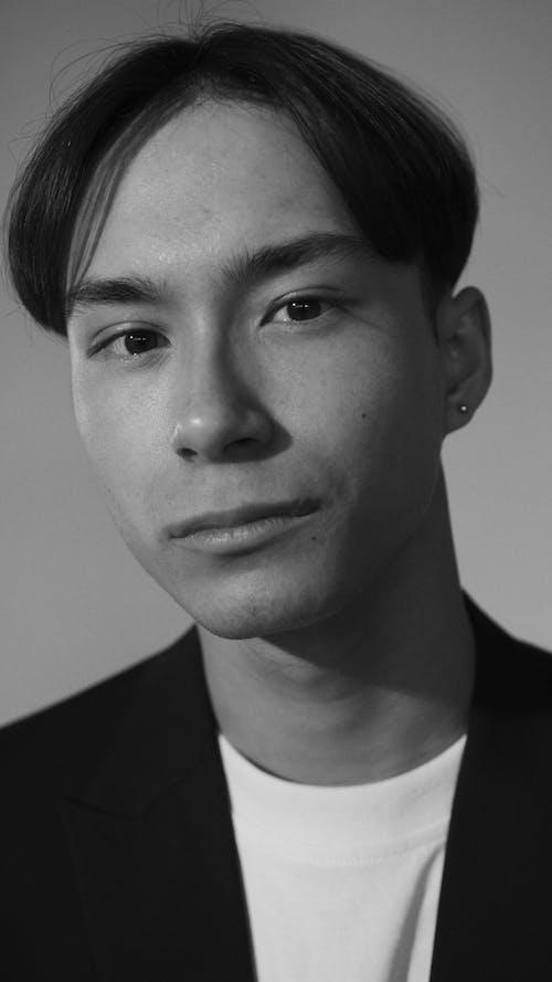 Gratis arkivbilde med ansikt, asiatisk mann, gråskala