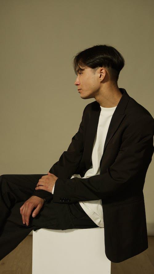 Photos gratuites de costume noir, être assis, homme asiatique