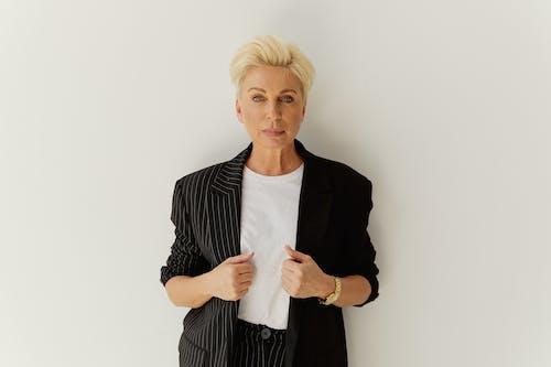 Darmowe zdjęcie z galerii z blond, garnitur, kobieta