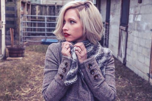 Kostenloses Stock Foto zu attraktiv, bauernhof, blond, draußen