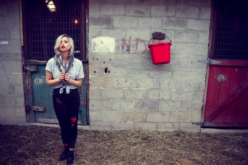 Бесплатное стоковое фото с блондинка, ведро, двери, девочка